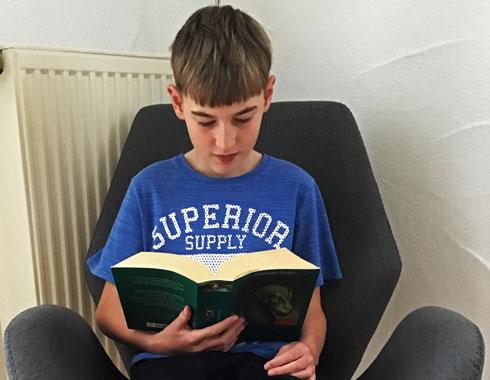 Unsere Berichte aus dem Schulleben – Jonas beim Lesen